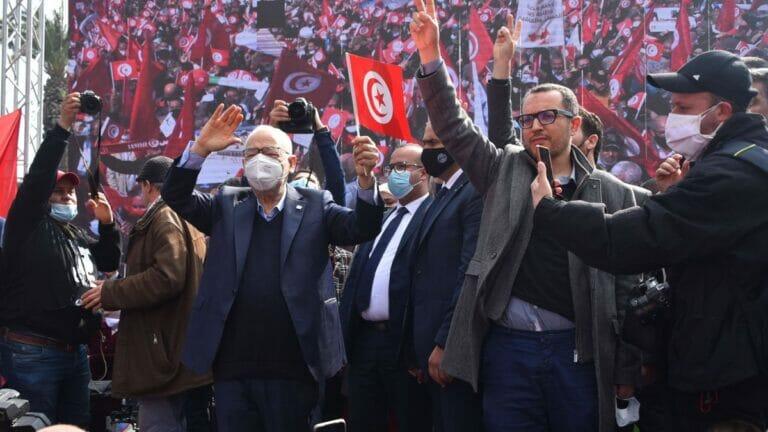 Der Führer der islamischen Ennahda-Bewegung, Rashid al-Ghannouchi (li.), auf einer Demonstration in Tunis