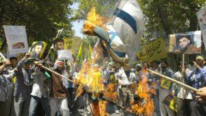 Anhänger der Hisbollah verbrennen Israelfahnen