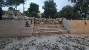 Für Ausschreitungen bereitgelegte Steine auf Tempelberg in Jerusalem