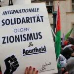"""Antisemitisches Plakat auf der """"Revolutionären 1.Mai""""-Demontsration in Berlin"""