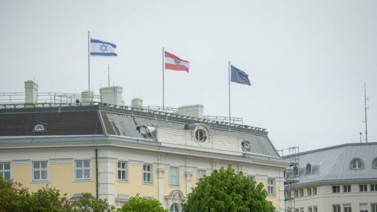 Israelflagge auf Kanzleramt: Irans Außenminister Zarif will nicht nach Wien kommen