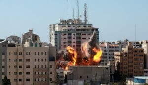 Luftschlag gegen den den als Hamas-Geheimdienstbüro genutzen Medientower in Gaza