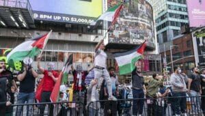 Pro-palästinensische Demonstarnten auf dem Time Square verprügelten Mann mit Kippa