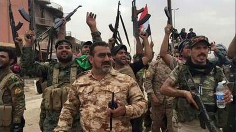 Qassem Mahmoud Karim Musleh im Kreis seiner Milizionäre