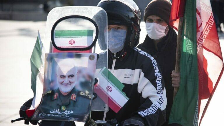 Anhänger des iranischen Regimes gedenken am Jahrestag der Revolution des Revolutionsgarde-Generals Qassem Soleimani