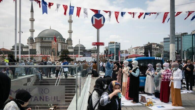 Öffentliches Freitagsgebet zur einweihung der Moschee auf dem Taksim-Platz