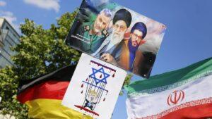 Plakate auf dem Al-Quds-Marsch in Berlin