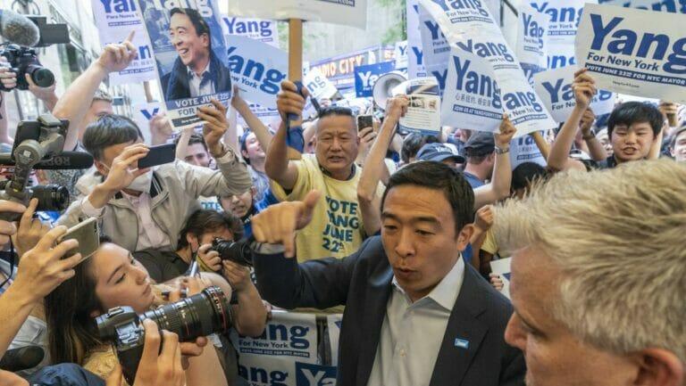 Andrew Yang auf dem Weg zur Debatte der New Yorker Bürgermeisterkandidaten im Rockefeller Center