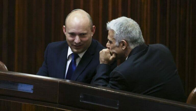 Gegen Naftali Bennet wird wegen seiner Regierungsbildung mit Yair Lapid Stimmung gemacht