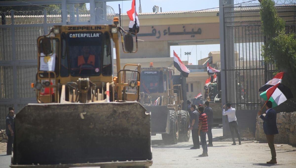 Ägypten schickte Bulldozer, Kräne und Lastwagen in den Gazastreifen, um beim Wiederaufbau zu helfen