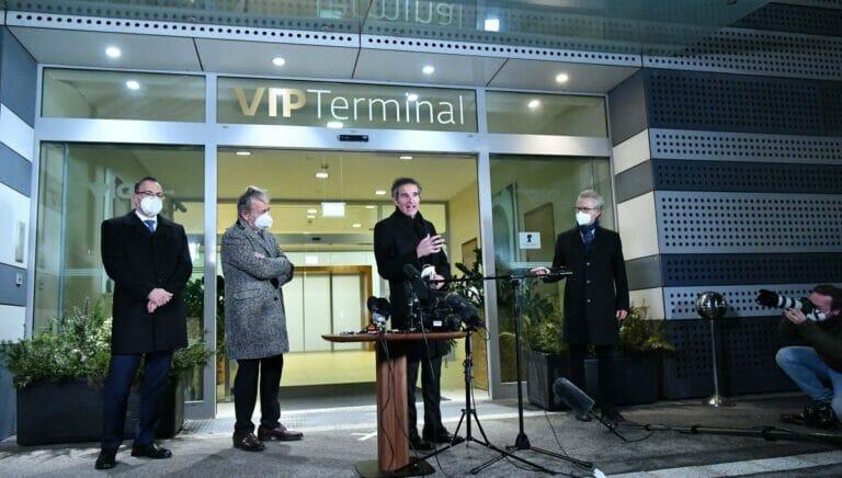 Der Chef der UN-Atomaufsichtsbehörde Rafael Grossi bei einer Pressekonferenz auf dem Wiener Flughafen