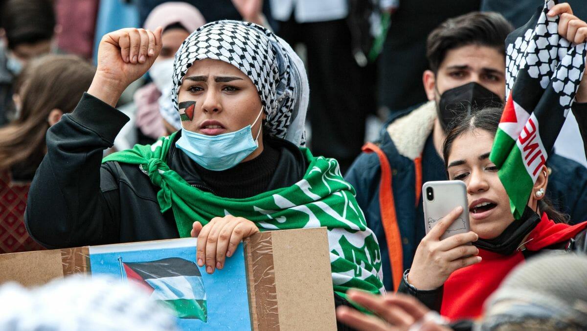 Junge Frau trägt Hamas-Flagge auf antiisraelischer Demonstration in Deutschland
