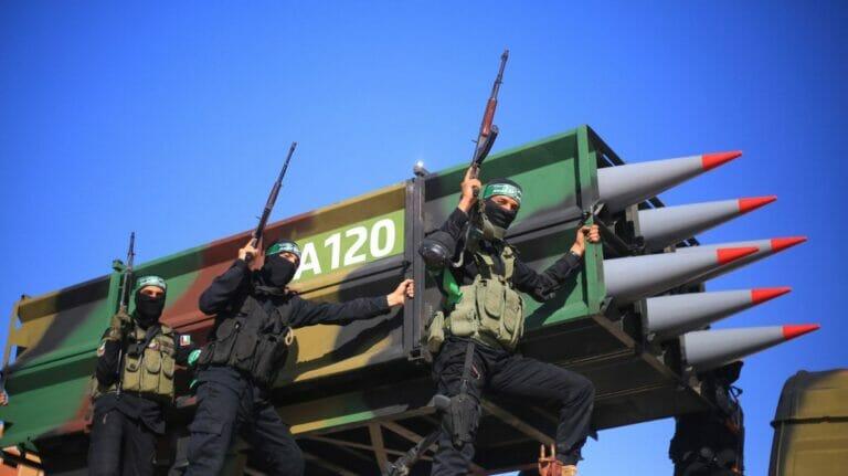 """Die Hamas präsentiert bei """"Siegesparade"""" ihr fortschrittliches Raketenmodell A-120"""