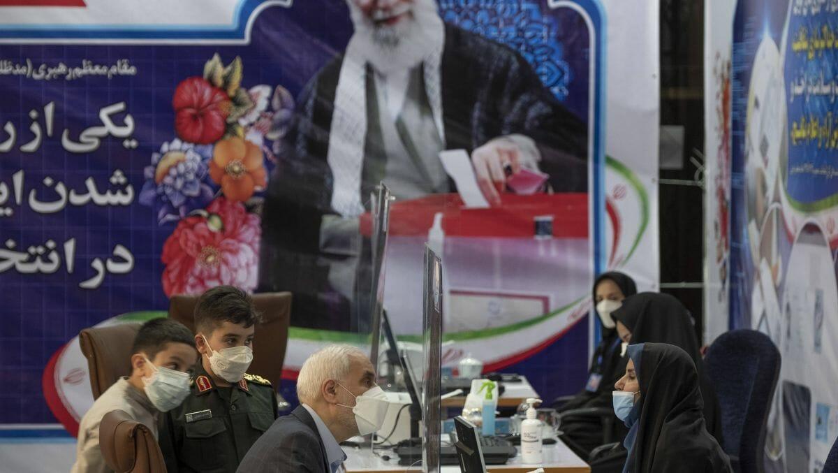Mohsen Mehralizadeh bei seiner Registrierung als Kandidat für die iranischen Wahlen