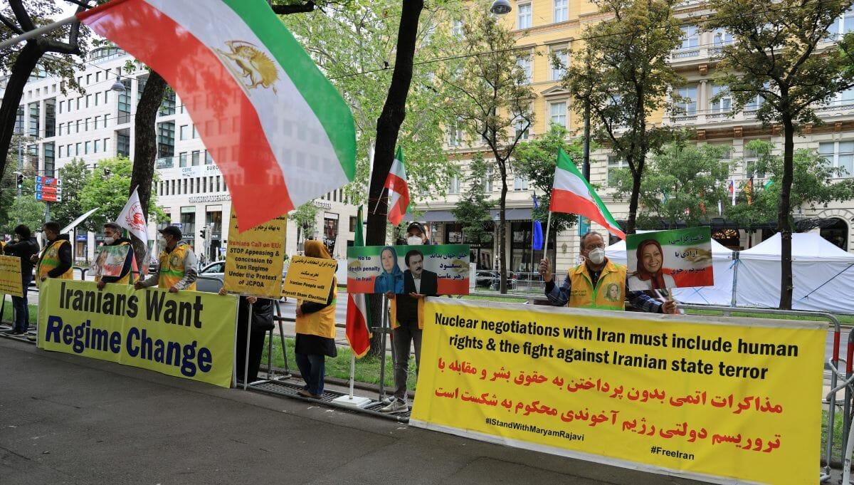 Iranische Oppositionelle demonstrieren in Wien gegen die Atomgespräche
