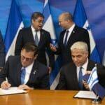 Der neue israelische Außenminister Yair Lapid mit seinem Amtskollegen aus Honduras