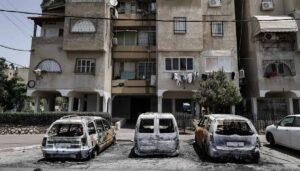 Ausgebrannte Autos nach den Ausschreitungen in der israelischen Stadt Lod
