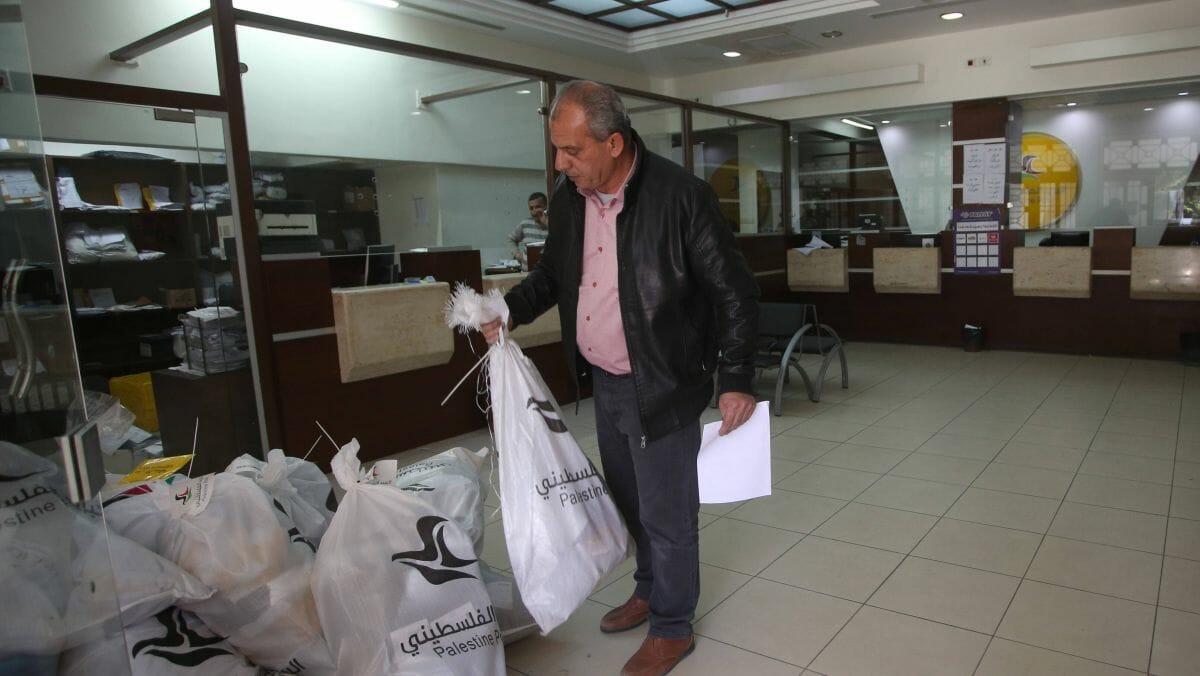 Autonoiebehörde zahlt Terrorrenten auf Postämtern aus