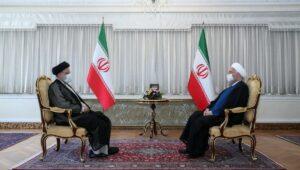 Der scheidende Präsident Roahni (re.) empfängt seinen Nachfolger Raisi (li.)