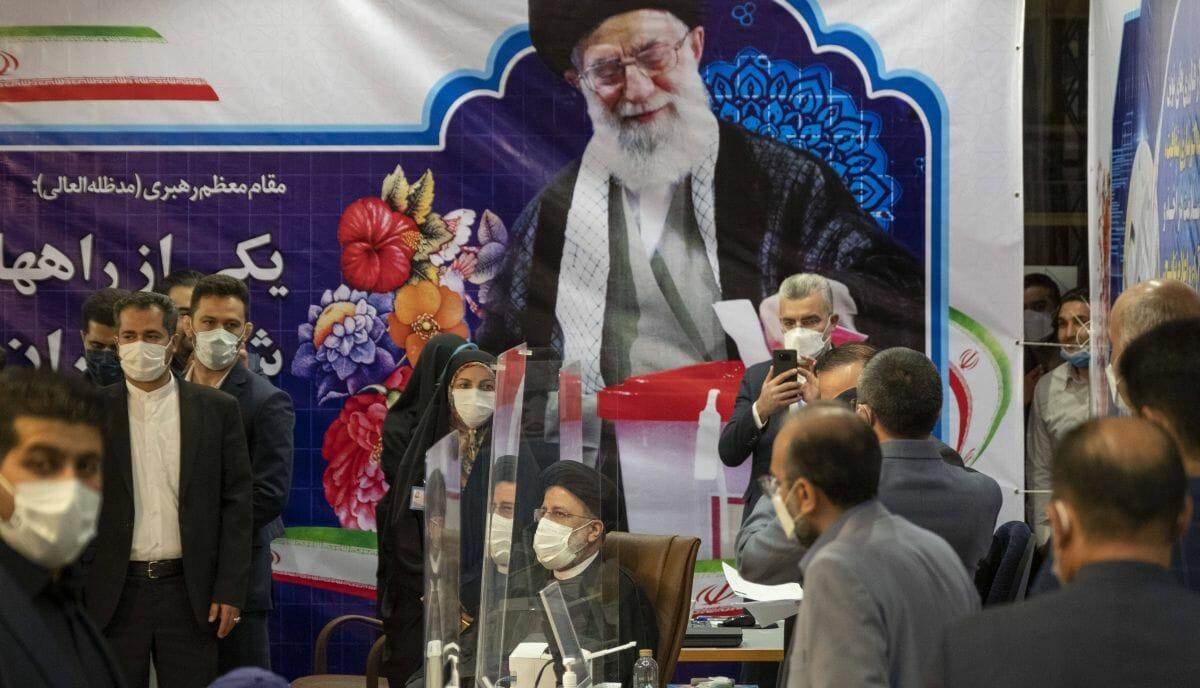 Der als Favorit gehandelte Ebrahim Raisi (mi.) bei seiner Registrierung als Präsdentschaftskandidat