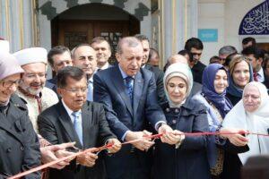 Der türkische Präsident Erdoğan bei der Einweihung des Diyanet Center of America im April 2016. (© imago images/Depo Photos)