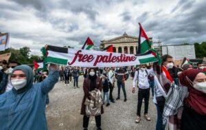 Israelfeindlicher Aufmarsch in München während des jüngsten Gaza-Krieges. Zunehmender Antisemitismus ist eine der Gefahren für Juden in Europa. (© imago images/ZUMA Wire)