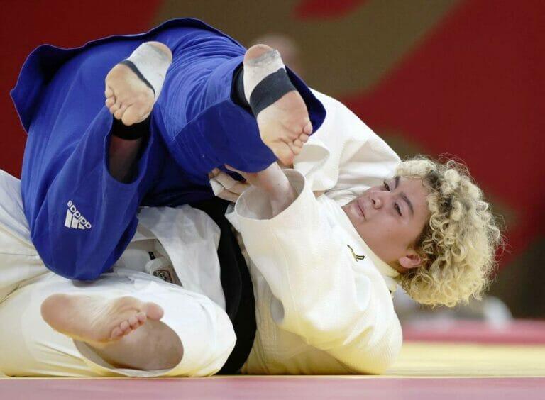 Premiere beim Judo-Turnier in Tokio: Die Israelin Raz Hershko (in blau) und die Saudi-Araberin Tahani Alqahtani traten gegeneinader an. Gewonnen hat übrigens Hershko. (© imago images/Kyodo News)