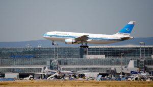 Maschine der Kuwait airways im Landeanflug auf Frankfurt