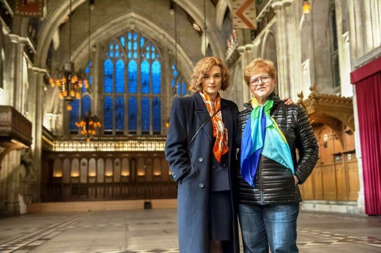 """Im Film """"Verleugnung"""", die ihren Prozess gegen den Holocaust-Leugner David Irving erzählt, wurde Deborah Lipstadt (re.) von Rachel Weisz (li.) gespielt. (© imago images/Cinema Publishers Collection)"""