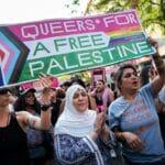 Plakate wie dieses (von einem Aufmarsch in Berlin im Juli 2019) waren auch auf der Queer Pride zu sehen. (© imago images/Christian Mang)