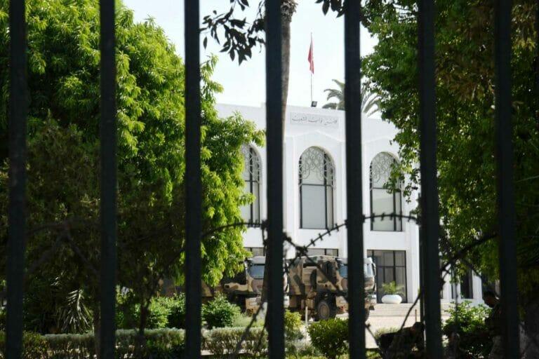 Sicherheitskräfte blockieren das Parlament Tunesiens. (© imago images/Xinhua)
