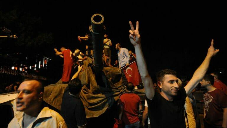 Erdogans AKP soll in der Nacht des Putschversuchs 2016 Waffen Anhänger verteilt haben