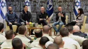 """Die Stars der Serie """"Fauda"""" bei einer Veranstaltung due Ex-Präsident Rivlin in Israel"""
