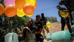 Kämpfer der Al-Nasir Salah Al-Din Brigaden bereiten Brandballons vor