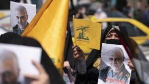 Iranische Demonstrantin mit Hisbollah-Fahne