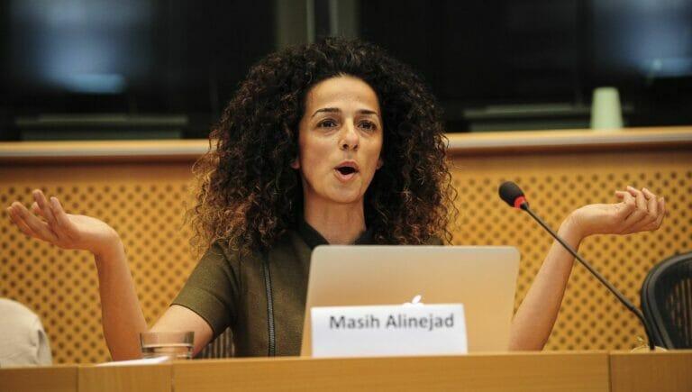 Die iranische Rauenrechtsaktivistin Mahsi Alinejad bei einem Auftritt im Europäischen Parlament