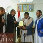 Hamasvertreter im Jemen, Mo'az Abu Shamala überreicht eine Ehrenplakette an Huthi-Führer Muhammad 'Ali Al-Houthi