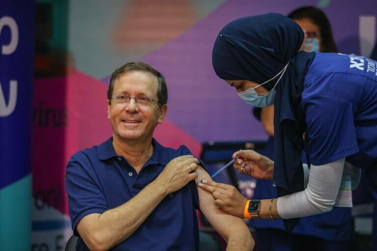 wie hunderttausende andere Israelis auch hat Präsident Jitzchak Herzog hat seine dritte Corona-Impfung bereits erhalten. (© imago images/Xinhua)