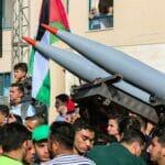Bei einer Parade präsentiert die Hamas ihre Raketen. Gelagert werden sie inmitten der palästinensischen Zivilbevölkerung Gazas. (© imago images/ZUMA Wire)