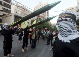 Raketen der Hisbollah bei einer Parade in Beirut. (© imago images/ZUMA Wire)