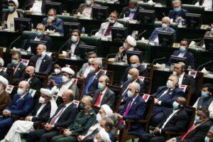 """Der zweithöchste EU-Außenpolitiker Enrique Mora (zweite Reihe Mitte, mit roter Krawatte) saß bei der Angelobung von Ebrahim Raisi in Teheran hinter Vertretern der Hamas, des Palästinensischen Islamischen Dschihad und der Hisbollah. (© <a href=""""http://www.imago-images.de"""">imago images</a>/UPI Photo)"""