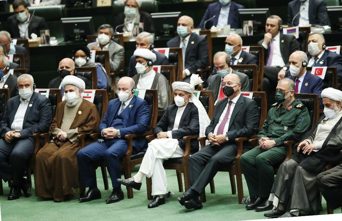 Ein Foto von der Angelobung des neuen iranischen Präsidenten sagt mehr als tausend Wort: In der ersten Reihe saßen u.a. Ismail Haniyeh (li.), Chef der islamistischen Terrorganisation Hamas, und Naim Qassem, Stellvertretender Vorsitzender der islamistischen Terrororganisation Hisbollah (2. von links). Der Vertreter der EU, Enrique Mora musste in der Reihe dahinter Platz nehmen (2. von rechts, mit roter Krawatte). (© imago images/ZUMA Wire)