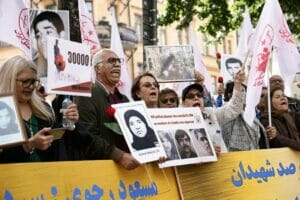 Vor dem Gericht in Stockholm protestierten Anhänger der Volksmudschahedin gegen die Verbrechen des iranischen Regimes. (© imago images/TT)