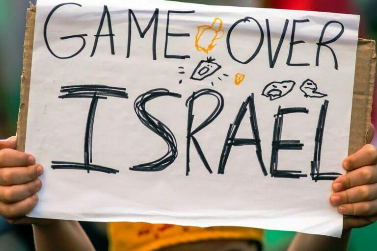 Israelfeindliches Plakat, gehalten von einem kleinen Kind im Zuge einer Hisbollah-Demonstration. (© imago images/ZUMA Wire)