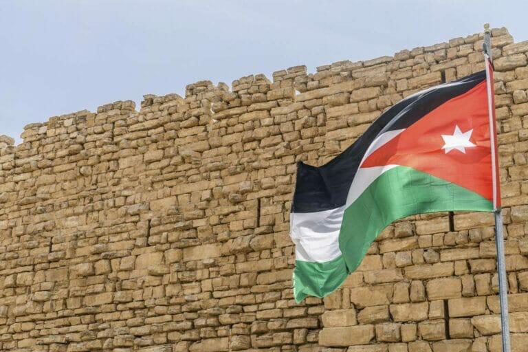Jordaniens Flagge in Kerak (© imago images/Mint Images)