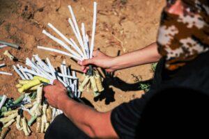 Palästinensische Gruppen bejubeln den Terror der Hisbollah gegen Israel. In den vergangenen Tagen schickten sie wieder vermehrt Brandballons aus dem Gazastreifen über die Grenze. (© imago images/ZUMA Wire)