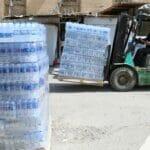 Der Wassermangel führt dazu, dass die Bevölkerung im Irak mancherorts mit Trinkwasserlieferungen unterstützt werden muss. (© imago images/Xinhua)
