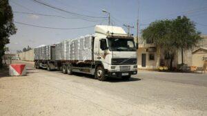 Ein LKW passeirt den Grenzüberganung Keren Shalom in den Gazastreifen