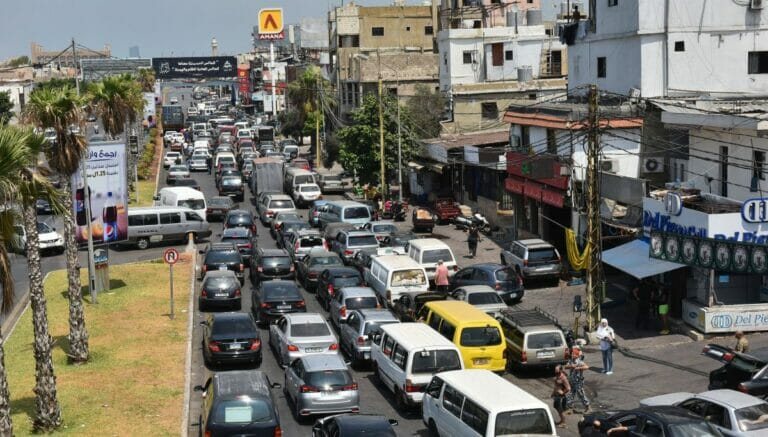 Vor den Tankstellen im Libanon bilden sich lange Staus