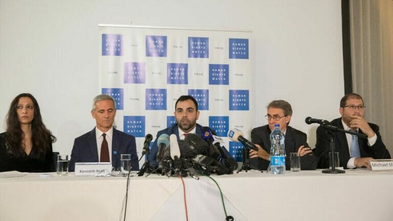 Omar shakir /mi.) hatte zuvor den HRW-Bericht verfasst, in dem Israel Apartheid vorgeworfen wird